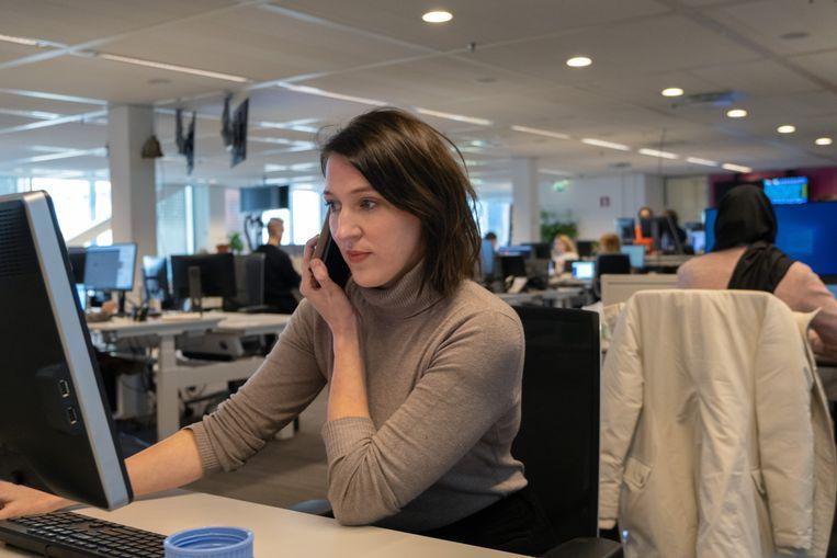 Redacteur Open Redactie Fleur de Weerd, aan het werk op de redactie van de Volkskrant. Beeld Sabine Van Wechem