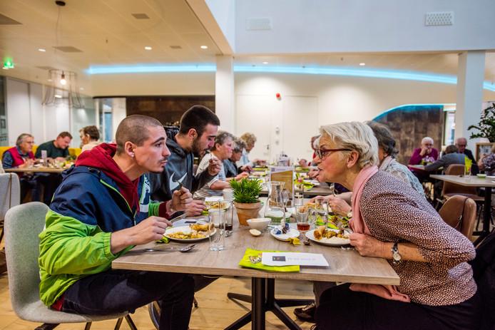 In Waalwijk zijn al initiatieven om de contacten met arbeidsmigranten aan te halen, zoals gezamenlijke maaltijden.