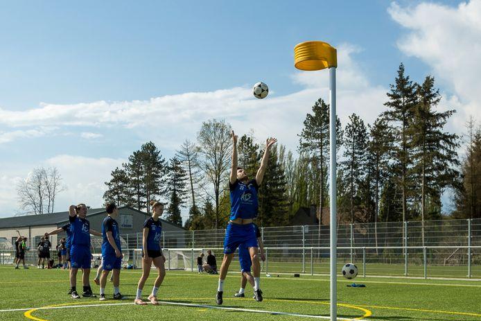Niels Delbeke neemt een strafworp tijdens de eerste training. De komende weken speelt Floriant elke zondag een onderlinge wedstrijd.