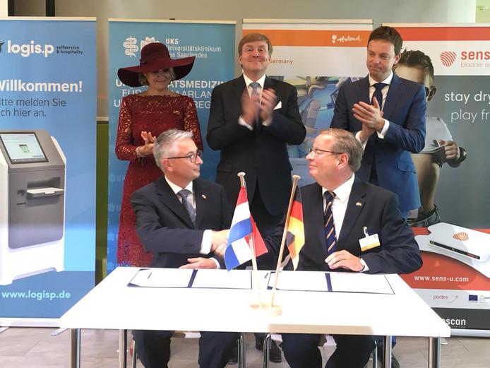 Onder toeziend oog van het koningspaar ondertekent Remco van Duuren (links) het contract met Ulrich Kerle. Logis.P gaat registratiezuilen leveren aan een ziekenhuis in het Duitse Homburg.