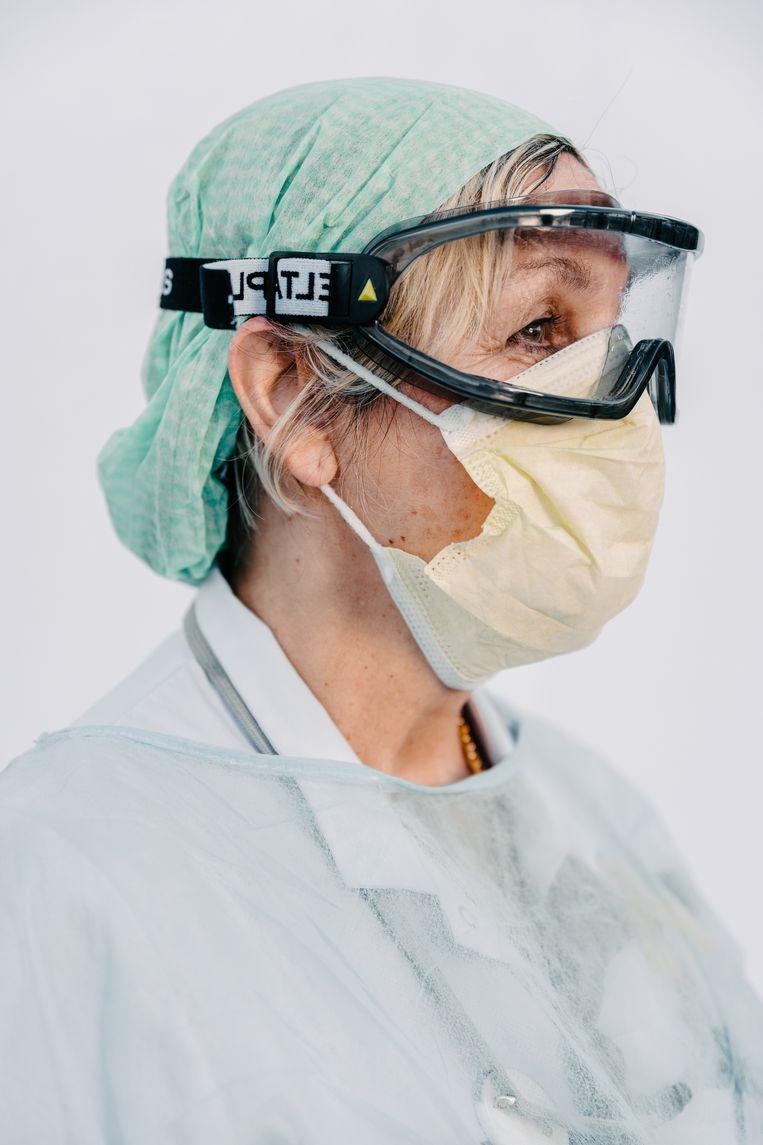 Een verpleegkundige van AZ Alma Eeklo. Beeld Damon De Backer