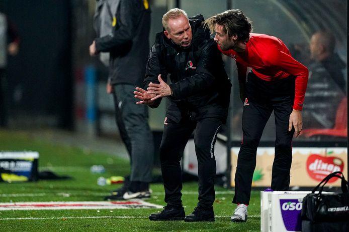 Helmond Sport-trainer Wil Boessen in gesprek met Orhan Dzepar, die inviel tijdens de 2-1 zege op Excelsior.