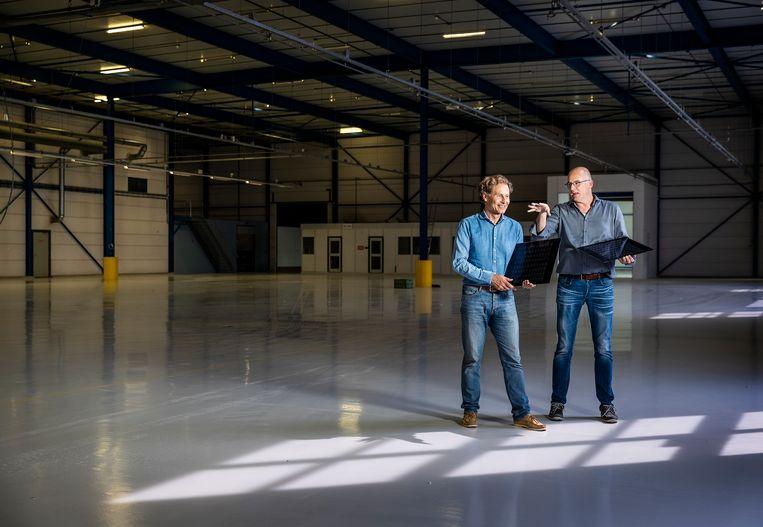 Daniël Kuijk en Bert Schouws in de nu nog lege fabriekshal. Beeld Jiri Buller