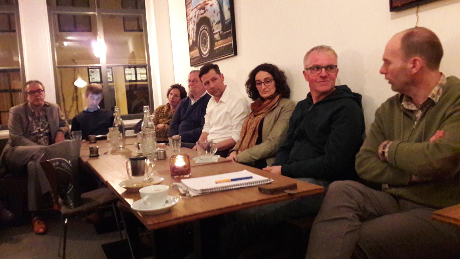 Bouwkundige en duurzaamheidsexpert Bernard Vercouteren (tweede van rechts), Marjan Brandes van Zeeuwind (derde van rechts) en Machiel de Vries van Woongoed Middelburg (vierde van rechts) spraken maandagavond op een politiek café van de PvdA over en gasloze toekomst van Middelburg.