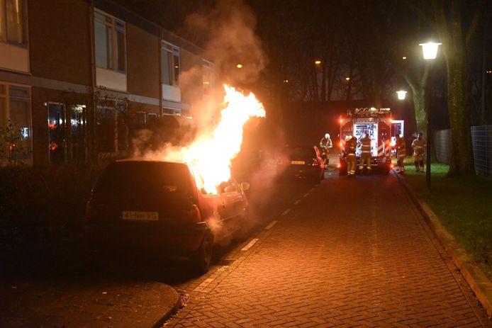 De eerste auto van deze jaarwisseling ging op de Pagelaan in vlammen op.