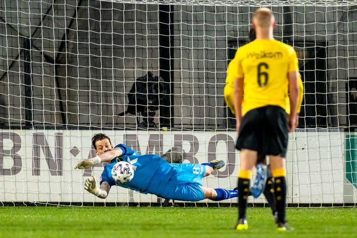Nick Olij pakt de strafschop van Jong Ajax.