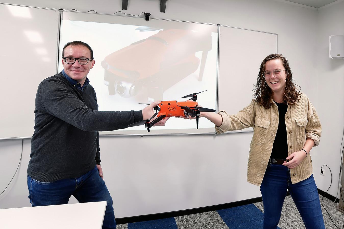 Docent François Coppens van UAV+ overhandigt in het Dutch Drone Centre te Hoogerheide een drone aan hbo-studente Anna van der Heijden uit Breda voor haar Avans-projectgroep.