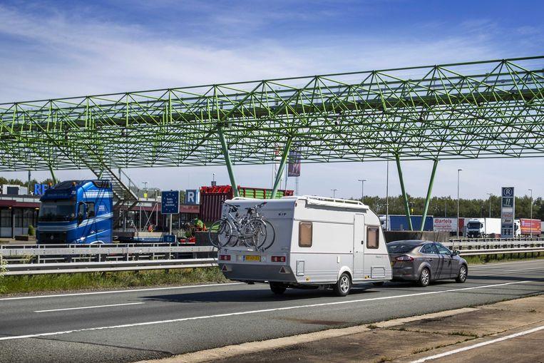 Vakantiegangers passeren de Nederlands-Duitse grens tussen het Overijsselse De Lutte en het Duitse Bad Bentheim. Beeld ANP