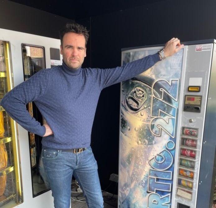 Bakker Machiel Neirinck bij zijn automaat.