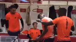 Gisteren man van de match, vandaag de pineut: jarige Mbokani krijgt ervan langs in de kleedkamer