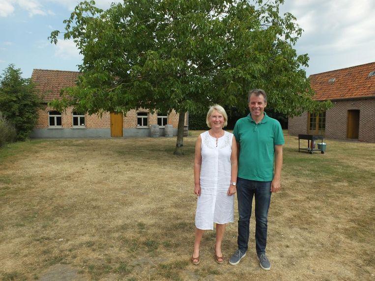 Initiatiefneemster Annie Mervillie (Open Vld) en burgemeester Jan Vermeulen (CD&V) aan domein De Leerze in de Bredestraat.