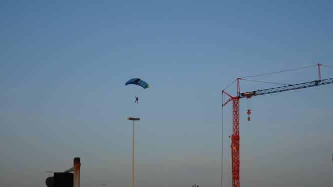 Basejumpers springen van 100 meter hoge torenkraan in Oostende: politie wacht hen beneden op
