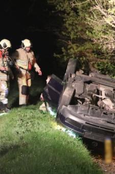 Omstanders vallen persfotografen aan in Lunteren;  auto opzettelijk met shovel in sloot geduwd: twee gewonden, twee aanhoudingen