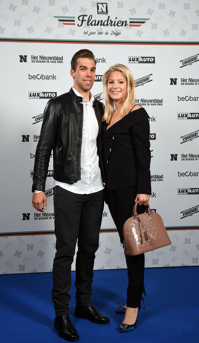 Jens Debusschere aan de zijde van Kelly Roelandts, de zus van Jürgen.