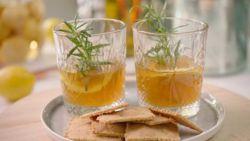 Recept van de dag: rumaperitief en parmezaankoekjes