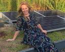 Meteorologe Helga van Leur bij haar mooie, duurzame daktuin, aangelegd door Sjaak Willemstein.