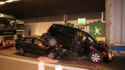 Auto's belanden bovenop elkaar bij spectaculair ongeval in Beverentunnel