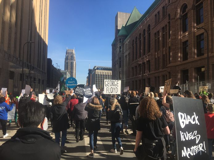 Protesten in Minneapolis rond het proces tegen de agent die ervan wordt verdacht de zwarte George Floyd te hebben omgebracht.