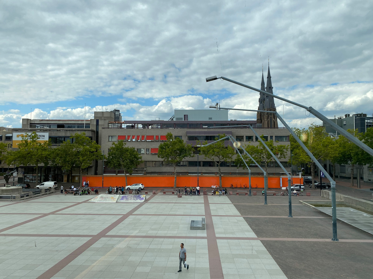 De sloop van de panden aan de noordkant van het Stadhuisplein in Eindhoven is begonnen en al weer stilgelegd.