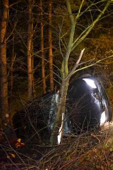 BMW schiet van weg en belandt op zijn kant in Soesterberg: 2 gewonden