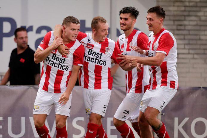 Philippe en Olivier Rommens (eerste en tweede van links) spelen bij TOP Oss regelmatig samen op het middenveld.