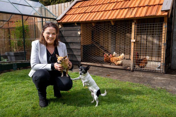 Petra Kelders met haar hondjes Hippie en Suus. Kelders gaat in Nieuwkuijk een dierencrematorium beginnen, waarbij de redelijk nieuwe techniek resomeren wordt toegepast.