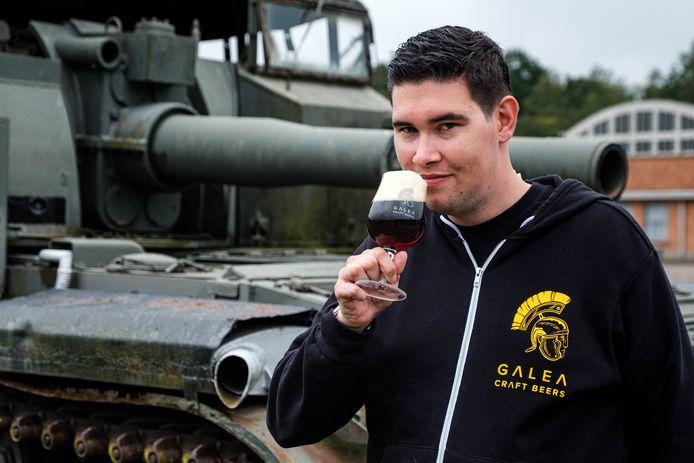 Giovanni Christis met zijn bier ter ere van 75 jaar bevrijding.