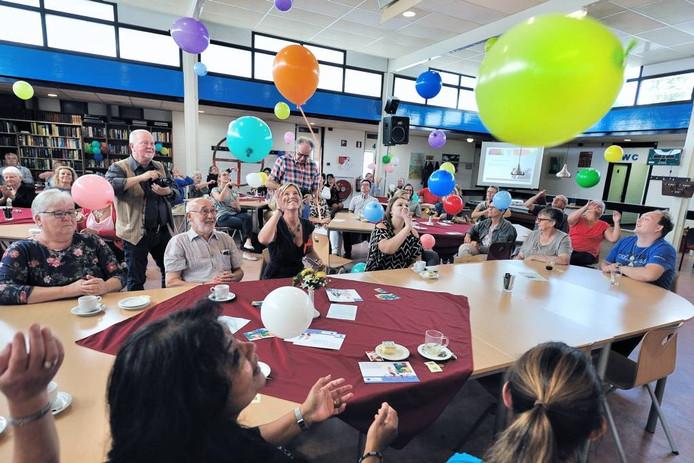 Tijdens de opening van het Zorgeloos Huys in De Wieken werden ballonnen opgelaten. foto peter van trijen/pix4profs