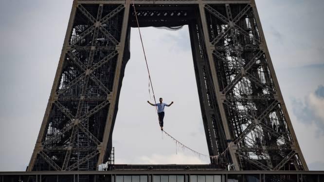 Koorddanser steekt de Seine over vanop de Eiffeltoren
