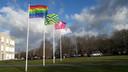 De regenboogvlag van de LHBTI+ beweging -  lesbiennes, homoseksuelen, biseksuelen, trans- en intersekse personen - wappert volop voor het gemeentehuis van Bronckhorst in Hengelo.