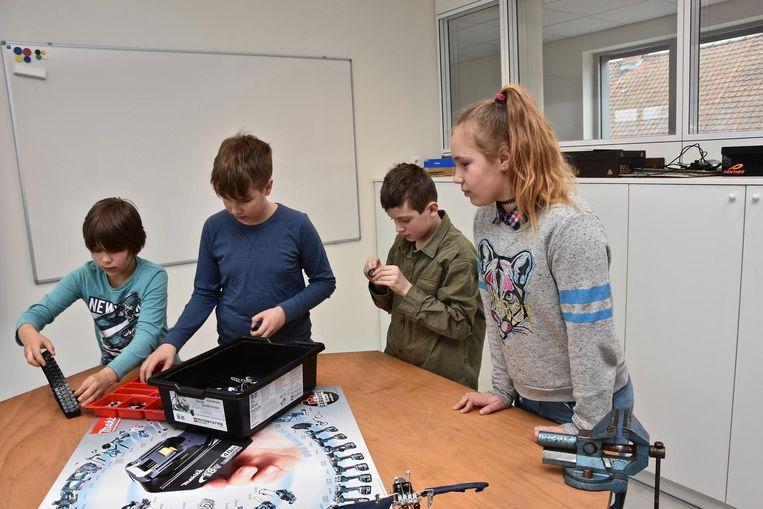 Enkele jongeren tijdens een les in de tienerschool.