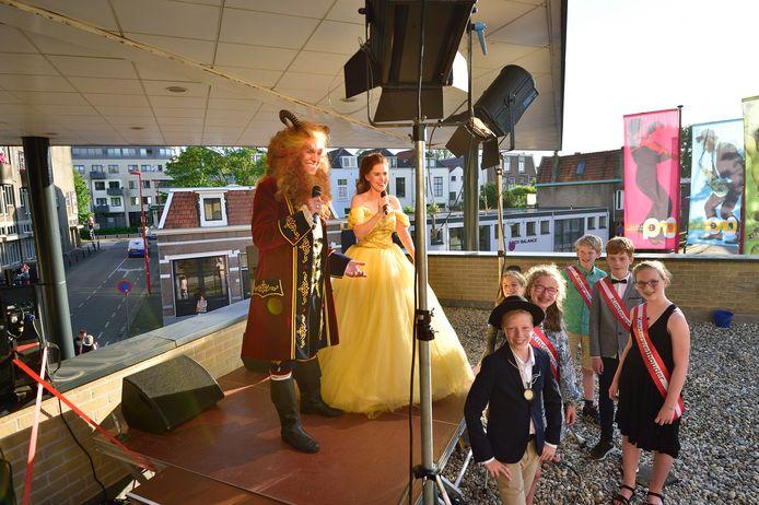 Belle en het Beest gaven een optreden op het dak van de Schouwburg. Het kindercollege van Gouda was eregast.