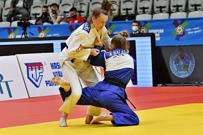 Ellen Salens (wit) hoopt op het EK in Lissabon, bij de seniors haar tweede continentale titelstrijd, enkele kampen te overleven.