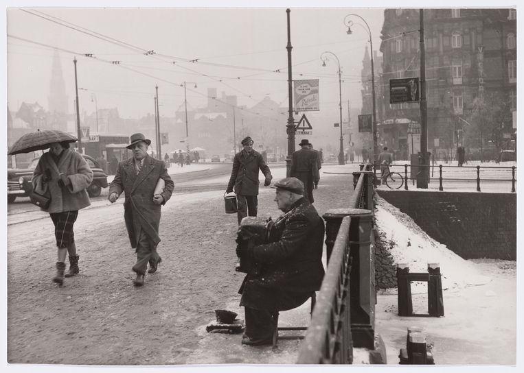 Jopie Schouten in 1952 op de brug voor het Centraal Station. Beeld ANP