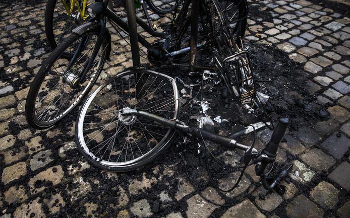 Schade op de Boulevard de dag na de vonkenregen bij de boulevard van Scheveningen die ontstond door het vreugdevuur op het strand. Door de wind waaide er vliegvuur over het strand er door de straten.