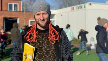 """Leerkracht Rien kroont zich tot Beste Boekenmeester 2020: """"Kinderen kijken te veel schermpjes. Ik geef tegengas"""""""