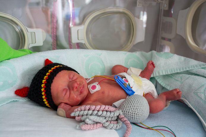 Même en couveuse, les bébés ont leur bonnet noir-jaune-rouge.