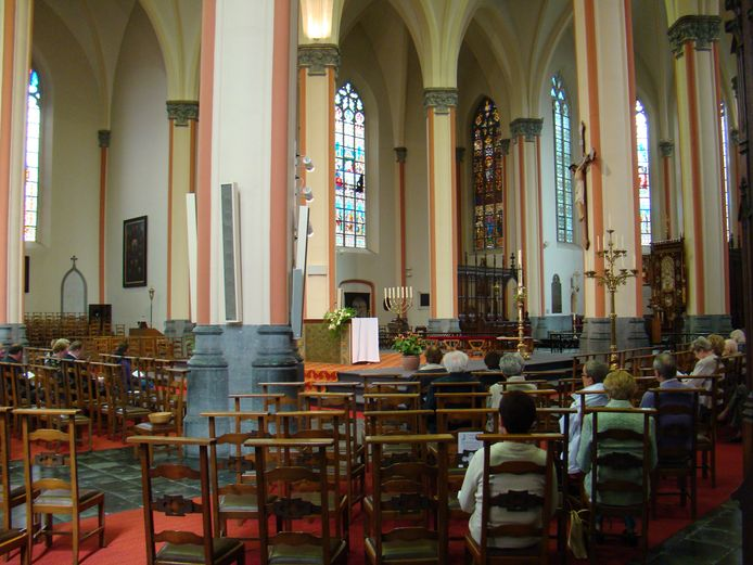 Het interieur van de Sint-Tillokerk in Izegem.