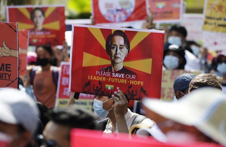 Demonstranten eisen het vrijlaten van regeringsleider Aung San Suu Kyi. Beeld Lynn Bo Bo/EPA/ANP