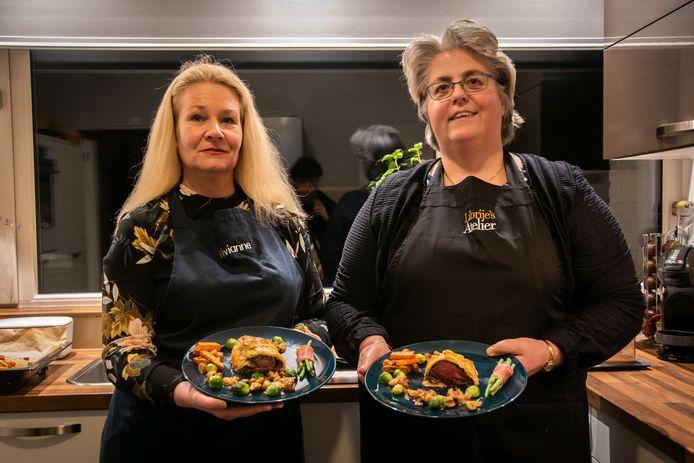Verslaggeefster Vivianne van Bijsterveld (links) en haar vriendin Femke showen hun hoofdgerecht: Diamanthaas en croute, zoete aardappelfriet met rozemarijn, mandarijn karamelsaus