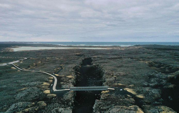 """Vue aérienne prise le 28 février 2021 du """"Pont entre les continents"""", une passerelle reliant les plaques tectoniques eurasienne et nord-américaine, près de la ville de Grindavik sur la péninsule de Reykjanes, en Islande, à quelque 50 kilomètres à l'ouest de la capitale Reykjavik, l'une des trois zones les plus actives de la planète sur le plan sismique."""