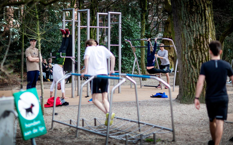 Meer sporten in de buitenlucht - hier in het Saphatipark - het maakt Nederland gezonder volgens het studentenkabinet. Beeld Guus SCHOONEWILLE