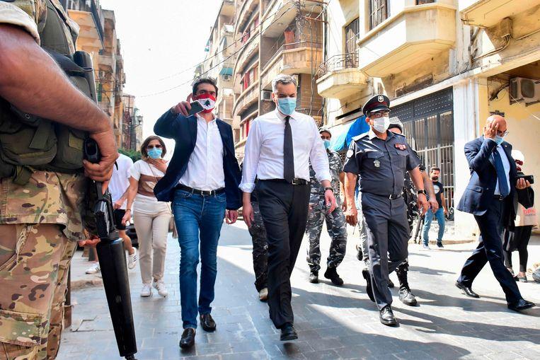 Premier Mustapha Adib (m.) bezoekt de zwaar getroffen wijk van Beiroet. Beeld AFP