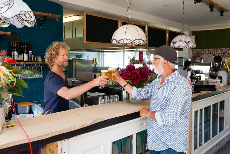 Jasper Helmer (links) van restaurant Pof: 'We willen laten zien dat lokaal en duurzaam eten ook lekker en leuk kan zijn.' Beeld Nina Schollaardt