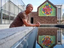 Een groene man die rood aanloopt op glas in loodramen Marc Mulders
