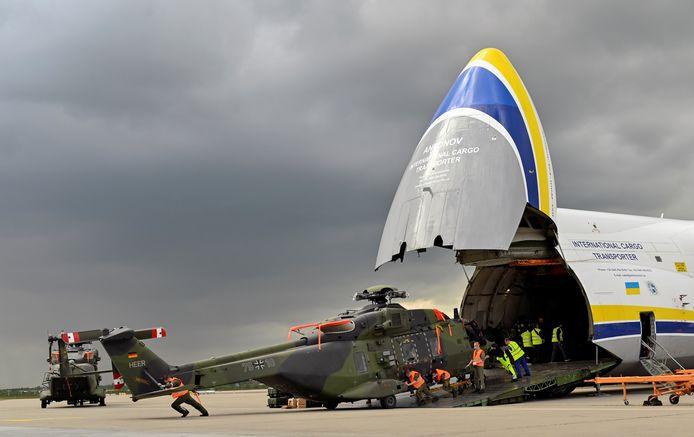 Een NH-90-helikopter van de Duitse krijgsmacht komt aan in Leipzig, na terug te zijn gevlogen vanuit Afghanistan.