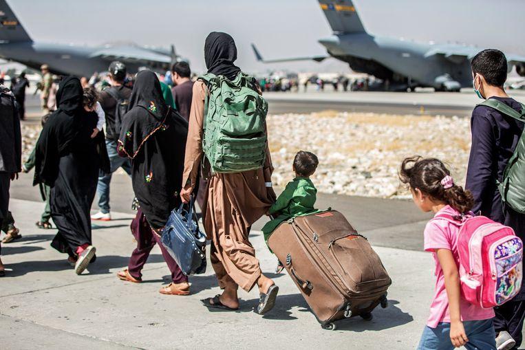 Evacuaties op de luchthaven van Kaboel. Beeld AP