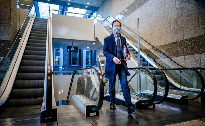 Premier Mark Rutte arriveert bij de Tweede Kamer.  Hijzelf en zijn VVD worden al stevig onder vuur genomen in de campagne die nu echt begonnen is.