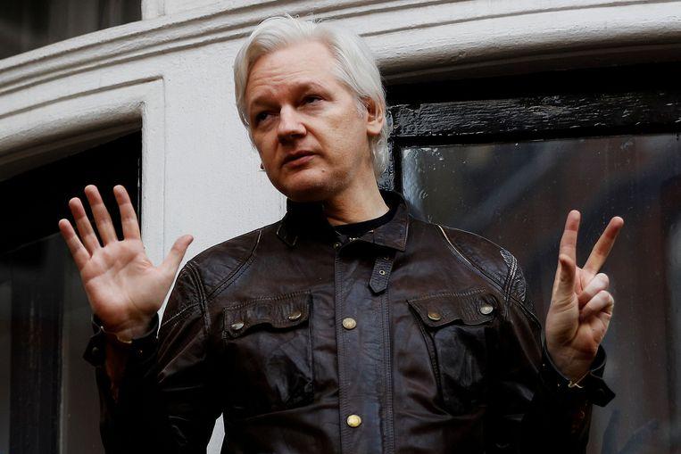 Julian Assange, oprichter van klokkenluiderswebsite WikiLeaks, op het balkon van de ambassade van Ecuador in Londen. Beeld REUTERS