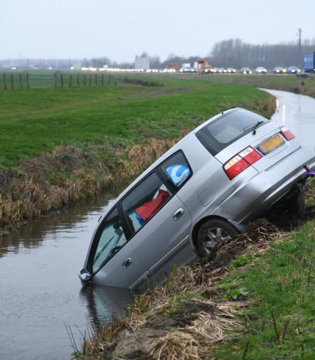Auto water ingereden langs N11